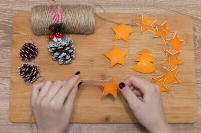 Как нанизать звездочки из апельсиновой кожуры и шишки на суровую нить